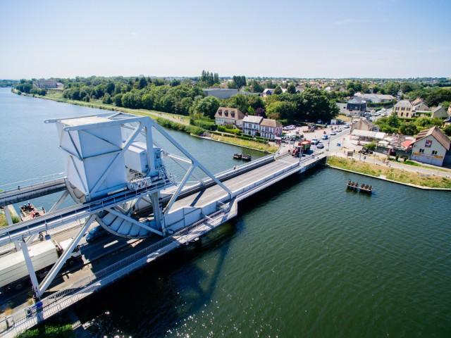 5-nov-298485-pegasus-bridge-vu-du-ciel-caen-la-mer-tourisme-les-conteurs-droits-reserves-office-de-tourisme-des-congres-1500px-1464